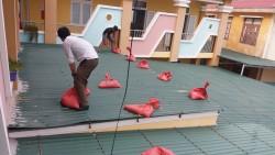 đoàn thanh niên giúp trường chống bão